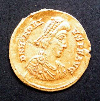 Sitefinds, Roman gold solidus coin of Honorius 395-423. Minted in Milan. Obverse legend VICTORI-A AVGGG/M/D/COMOB found Fareham, Hampshire